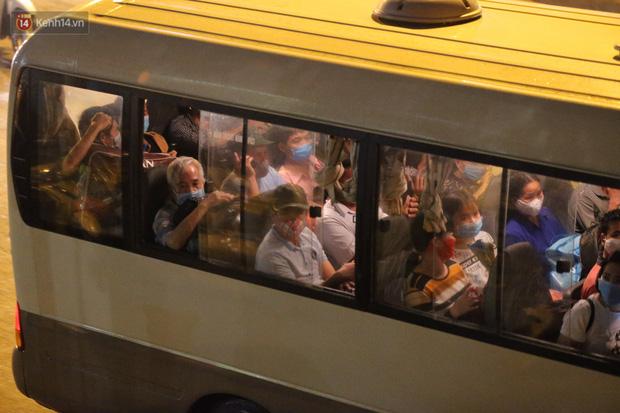 Ảnh: Đoàn xe vận chuyển 600 người nhà bệnh nhân Bạch Mai đến khu cách ly tập trung - Ảnh 4.