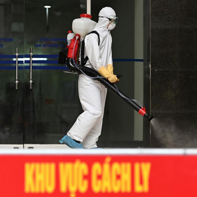 [ẢNH] Phun khử trùng toà nhà 34T Trung Hoà nơi nữ phóng viên dương tính Covid-19 sinh sống  - Ảnh 6.
