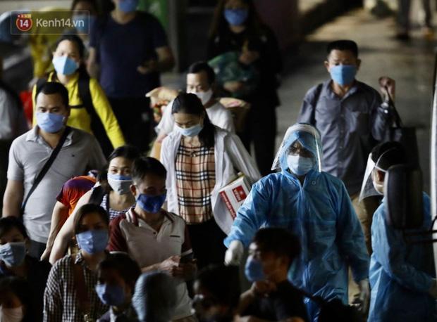 Ảnh: Đoàn xe vận chuyển 600 người nhà bệnh nhân Bạch Mai đến khu cách ly tập trung - Ảnh 7.