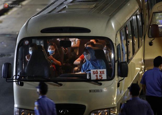 Ảnh: Đoàn xe vận chuyển 600 người nhà bệnh nhân Bạch Mai đến khu cách ly tập trung - Ảnh 8.
