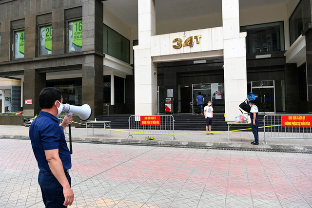 [ẢNH] Phun khử trùng toà nhà 34T Trung Hoà nơi nữ phóng viên dương tính Covid-19 sinh sống  - Ảnh 8.