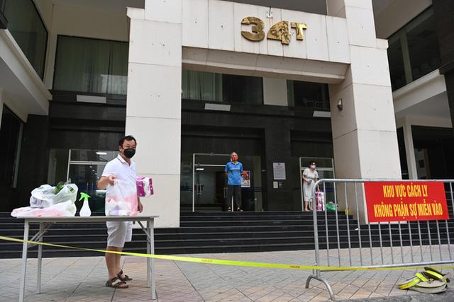 [ẢNH] Phun khử trùng toà nhà 34T Trung Hoà nơi nữ phóng viên dương tính Covid-19 sinh sống  - Ảnh 9.