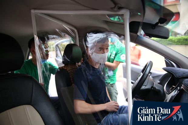 Cận cảnh hình ảnh xe taxi công nghệ lắp vách ngăn bằng tấm nhựa giúp phòng ngừa dịch Covid-19 - Ảnh 1.