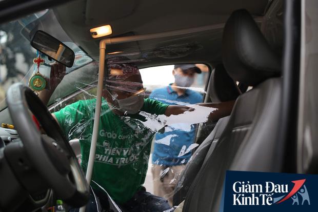 Cận cảnh hình ảnh xe taxi công nghệ lắp vách ngăn bằng tấm nhựa giúp phòng ngừa dịch Covid-19 - Ảnh 3.