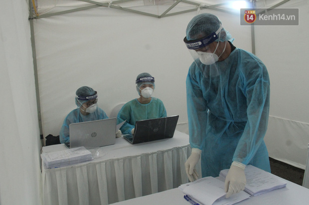 Hà Nội bắt đầu đón bệnh nhân làm xét nghiệm nhanh COVID-19, cho kết quả trong 10 phút - Ảnh 12.