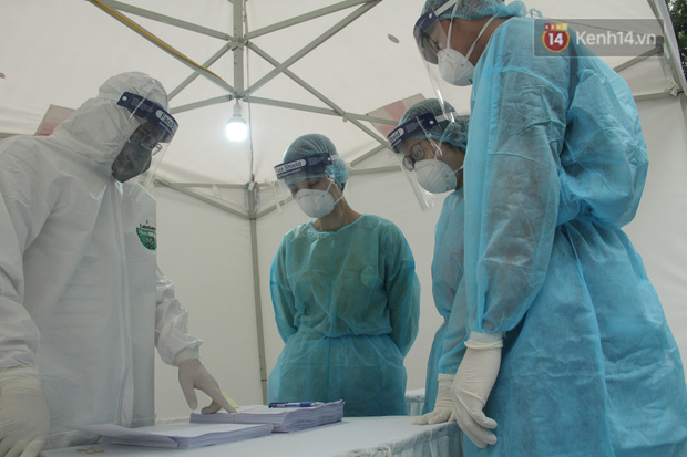 Hà Nội bắt đầu đón bệnh nhân làm xét nghiệm nhanh COVID-19, cho kết quả trong 10 phút - Ảnh 8.