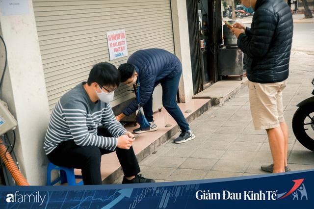 Những hàng ăn nổi tiếng Hà Nội gọi hàng qua khe cửa, chăng dây tạo vùng an toàn, bất cứ ai đặt hàng phải đeo khẩu trang đúng chuẩn  - Ảnh 2.