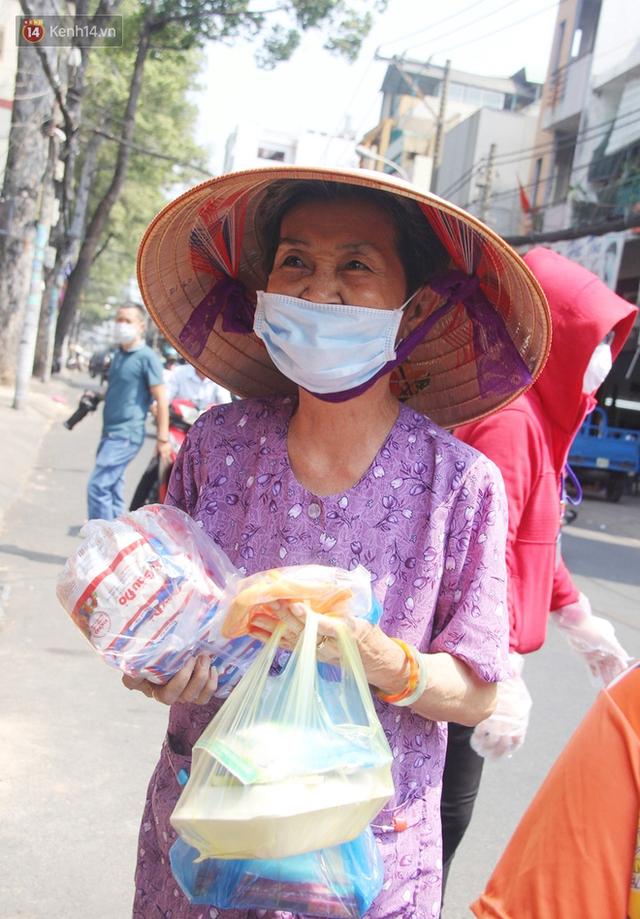 Những người nghèo không cô đơn trong ngày đầu cách ly toàn xã hội: Nơi phát cơm miễn phí, chỗ tặng quà giúp đỡ bà con  - Ảnh 2.