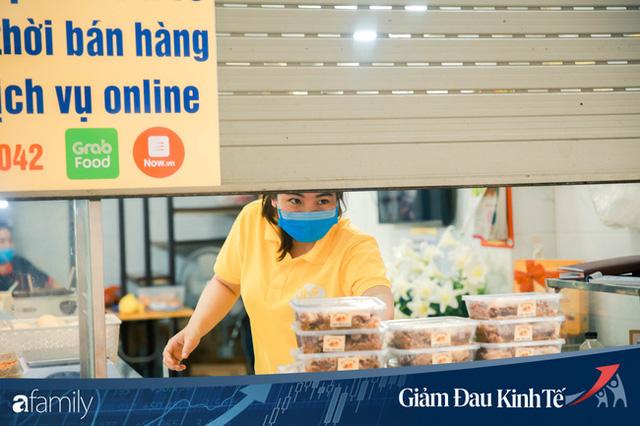 Những hàng ăn nổi tiếng Hà Nội gọi hàng qua khe cửa, chăng dây tạo vùng an toàn, bất cứ ai đặt hàng phải đeo khẩu trang đúng chuẩn  - Ảnh 11.