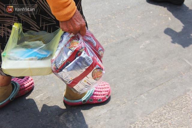 Những người nghèo không cô đơn trong ngày đầu cách ly toàn xã hội: Nơi phát cơm miễn phí, chỗ tặng quà giúp đỡ bà con  - Ảnh 11.