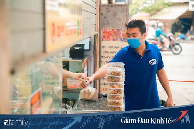 Những hàng ăn nổi tiếng Hà Nội gọi hàng qua khe cửa, chăng dây tạo vùng an toàn, bất cứ ai đặt hàng phải đeo khẩu trang đúng chuẩn  - Ảnh 12.