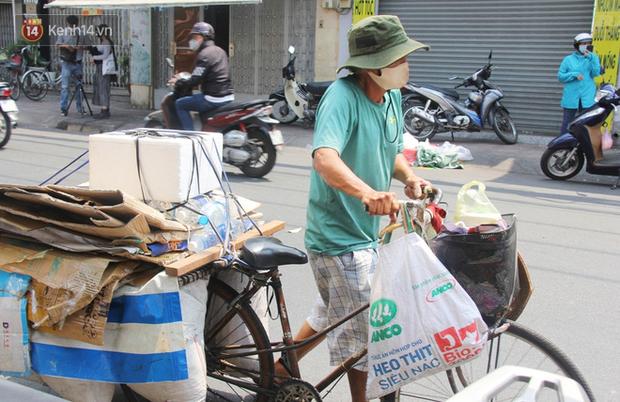 Những người nghèo không cô đơn trong ngày đầu cách ly toàn xã hội: Nơi phát cơm miễn phí, chỗ tặng quà giúp đỡ bà con  - Ảnh 12.