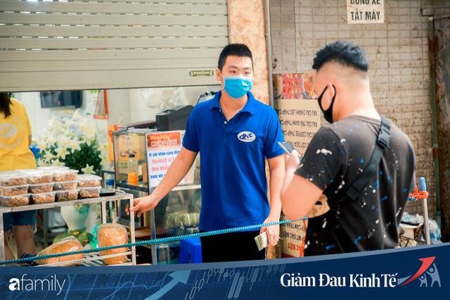 Những hàng ăn nổi tiếng Hà Nội gọi hàng qua khe cửa, chăng dây tạo vùng an toàn, bất cứ ai đặt hàng phải đeo khẩu trang đúng chuẩn  - Ảnh 13.