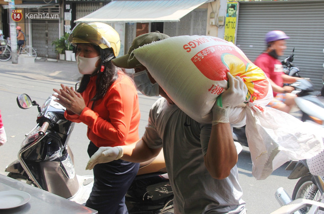 Những người nghèo không cô đơn trong ngày đầu cách ly toàn xã hội: Nơi phát cơm miễn phí, chỗ tặng quà giúp đỡ bà con  - Ảnh 13.