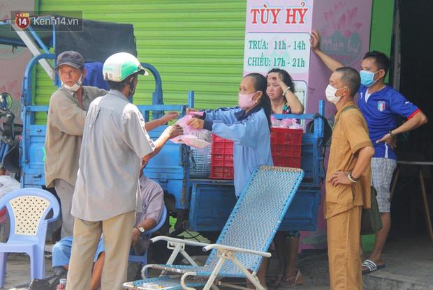 Những người nghèo không cô đơn trong ngày đầu cách ly toàn xã hội: Nơi phát cơm miễn phí, chỗ tặng quà giúp đỡ bà con  - Ảnh 15.