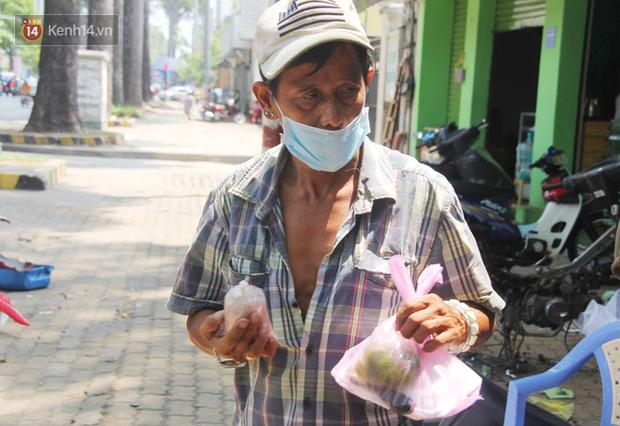 Những người nghèo không cô đơn trong ngày đầu cách ly toàn xã hội: Nơi phát cơm miễn phí, chỗ tặng quà giúp đỡ bà con  - Ảnh 16.
