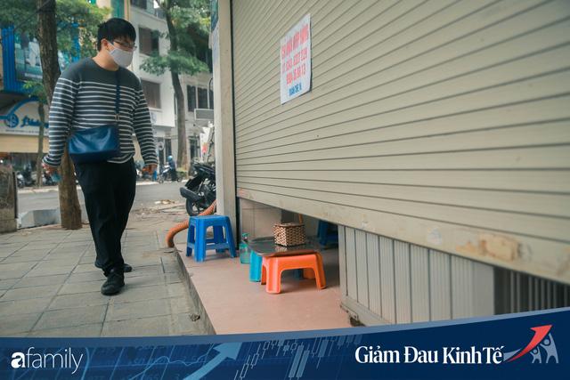 Những hàng ăn nổi tiếng Hà Nội gọi hàng qua khe cửa, chăng dây tạo vùng an toàn, bất cứ ai đặt hàng phải đeo khẩu trang đúng chuẩn  - Ảnh 3.