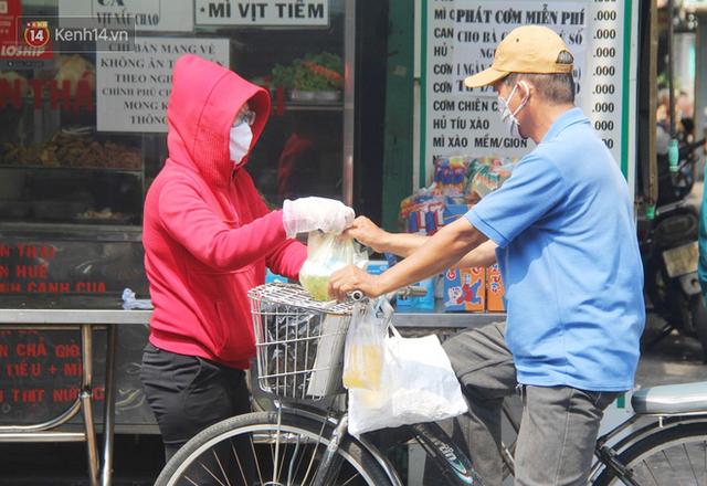 Những người nghèo không cô đơn trong ngày đầu cách ly toàn xã hội: Nơi phát cơm miễn phí, chỗ tặng quà giúp đỡ bà con  - Ảnh 4.