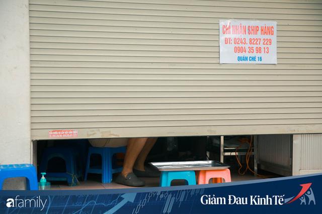 Những hàng ăn nổi tiếng Hà Nội gọi hàng qua khe cửa, chăng dây tạo vùng an toàn, bất cứ ai đặt hàng phải đeo khẩu trang đúng chuẩn  - Ảnh 6.