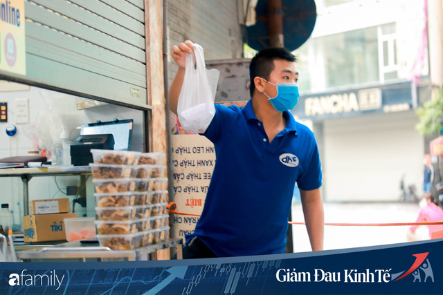 Những hàng ăn nổi tiếng Hà Nội gọi hàng qua khe cửa, chăng dây tạo vùng an toàn, bất cứ ai đặt hàng phải đeo khẩu trang đúng chuẩn  - Ảnh 10.