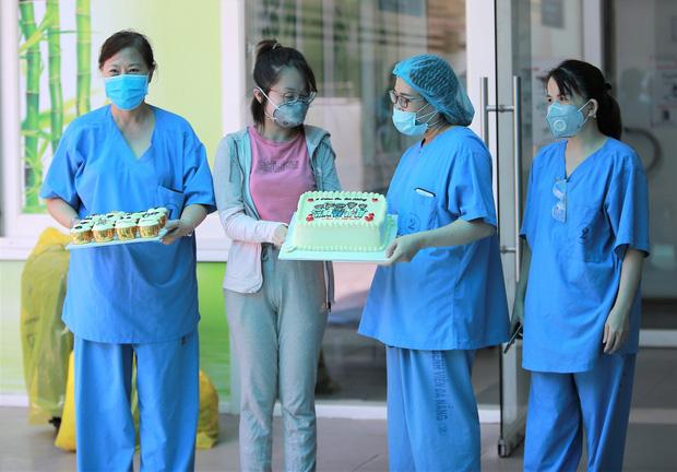Bệnh nhân Covid-19 cuối cùng ở Đà Nẵng khỏi bệnh: Tôi rất cảm động vì sự chu đáo của các y bác sĩ - Ảnh 1.