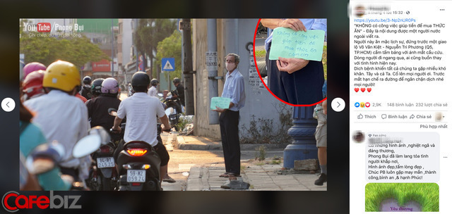 Thầy giáo Tây đeo khẩu trang cầm bảng đứng đường ở TP.HCM: Tôi vứt bỏ sĩ diện của một giáo viên. Cầm tấm bảng xin ăn để mong vượt qua khó khăn... - Ảnh 1.