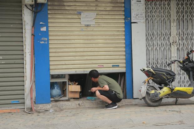 Ảnh: Cửa hàng mở hé cửa, mua bán thò thụt trong những ngày cách ly xã hội - Ảnh 2.