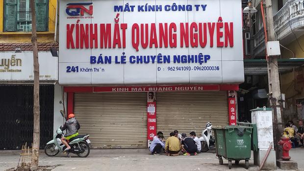Ảnh: Cửa hàng mở hé cửa, mua bán thò thụt trong những ngày cách ly xã hội - Ảnh 13.
