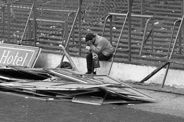 Người đàn ông tuyệt vọng trong bức ảnh nổi tiếng thảm họa Hillsborough đã qua đời vì nhiễm Covid-19 - Ảnh 1.