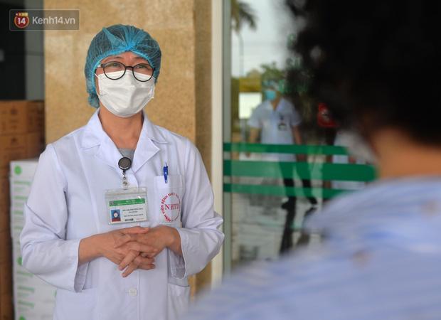 Cái ôm đặc biệt thời Covid giữa nữ phóng viên và bác sỹ điều trị: Nhất định khi hết dịch, 2 chị em sẽ ôm nhau thật chặt - Ảnh 5.