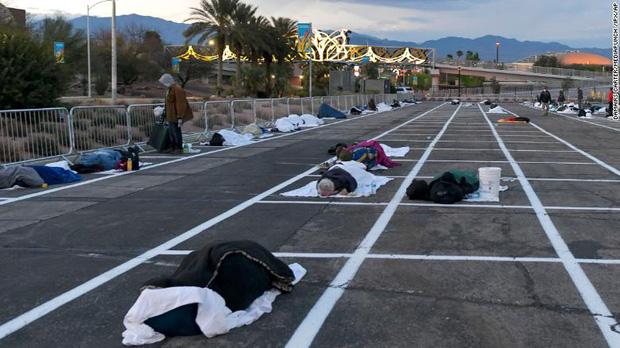 Thành phố Las Vegas chia ô trống cách nhau gần 2m trong bãi đỗ xe cho người vô gia cư ngủ trong mùa dịch Covid-19 - Ảnh 1.