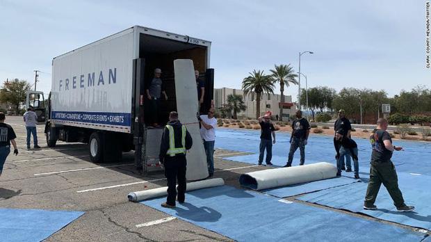 Thành phố Las Vegas chia ô trống cách nhau gần 2m trong bãi đỗ xe cho người vô gia cư ngủ trong mùa dịch Covid-19 - Ảnh 2.