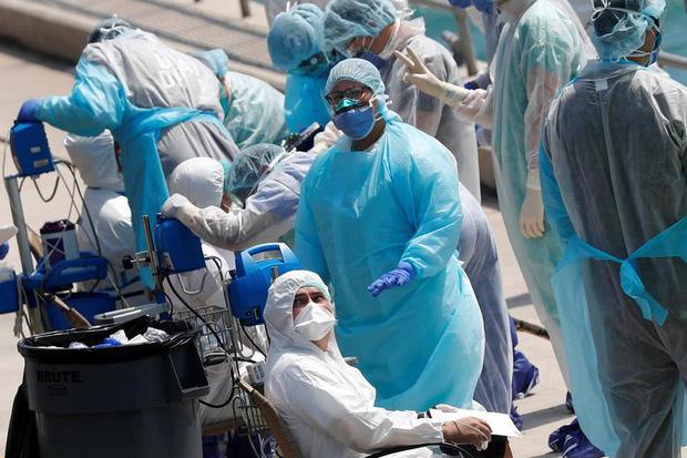 Bác sĩ Mỹ đồng loạt bức xúc vì bị kỷ luật khi đeo khẩu trang giữa dịch Covid-19: Chuyện gì đang xảy ra với hệ thống y tế của chúng ta? - Ảnh 2.