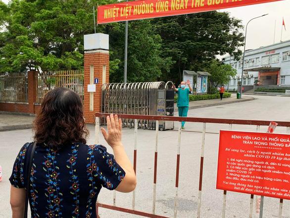 Ngủ ít, nhịn vệ sinh suốt 6 tiếng, mặt đầy vết hằn, gặp người thân qua hàng rào cách ly: Những bức ảnh chân thực nhất về y bác sĩ Việt Nam nơi tuyến đầu chống dịch Covid-19 - Ảnh 2.