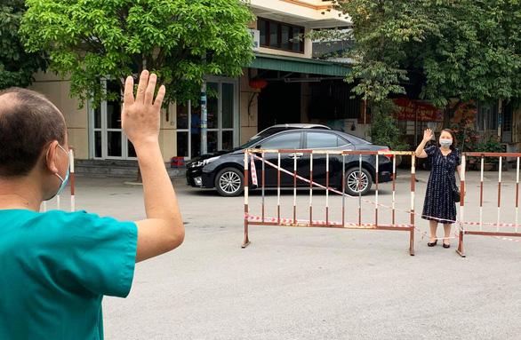 Ngủ ít, nhịn vệ sinh suốt 6 tiếng, mặt đầy vết hằn, gặp người thân qua hàng rào cách ly: Những bức ảnh chân thực nhất về y bác sĩ Việt Nam nơi tuyến đầu chống dịch Covid-19 - Ảnh 1.