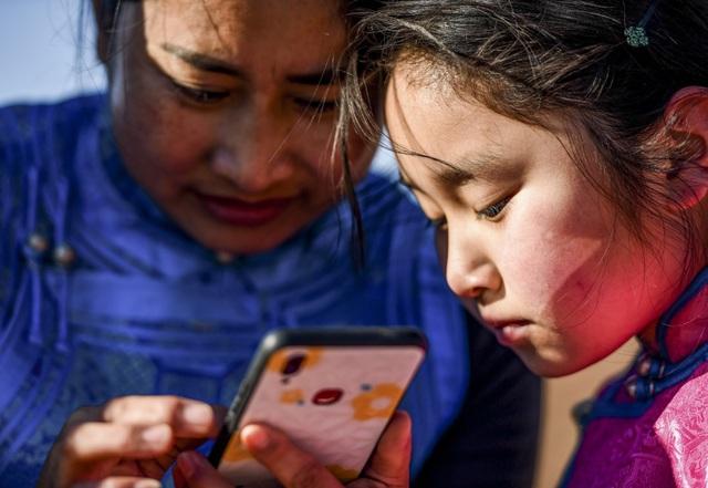 Lái xe đi khắp hoang mạc tìm sóng wifi cho con gái học trực tuyến trong những ngày dịch Covid-19: Vì con, cha mẹ sẽ làm tất cả! - Ảnh 4.