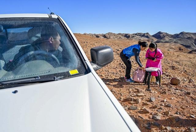 Lái xe đi khắp hoang mạc tìm sóng wifi cho con gái học trực tuyến trong những ngày dịch Covid-19: Vì con, cha mẹ sẽ làm tất cả! - Ảnh 1.