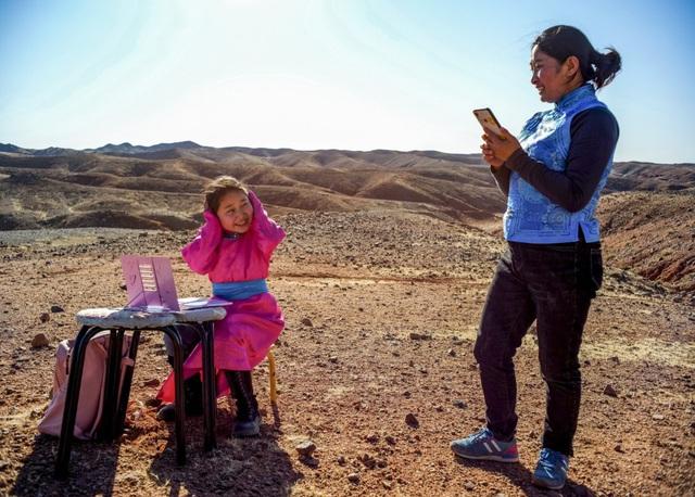 Lái xe đi khắp hoang mạc tìm sóng wifi cho con gái học trực tuyến trong những ngày dịch Covid-19: Vì con, cha mẹ sẽ làm tất cả! - Ảnh 2.