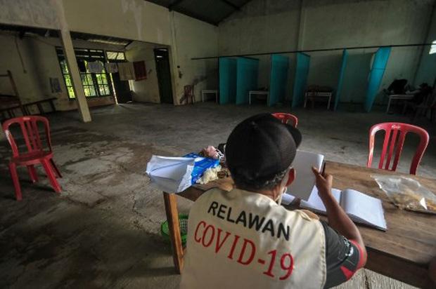 Chính quyền Indonesia trừng phạt người vi phạm lệnh phong tỏa giữa dịch Covid-19 bằng cách nhốt họ trong nhà ma ám - Ảnh 1.