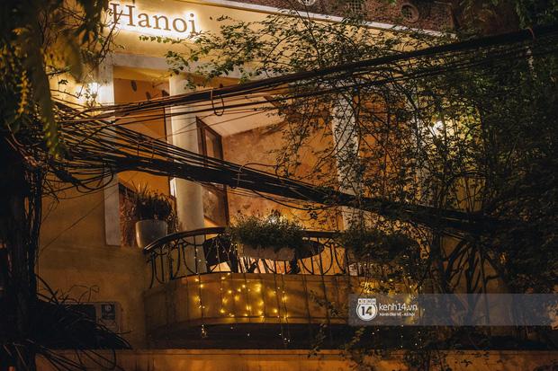 Thủ đô Hà Nội buổi tối đầu tiên nới lỏng giãn cách xã hội: Phố xá, trung tâm thương mại vắng vẻ, quán cafe lại đông nghịt như chưa hề có cách ly - Ảnh 11.