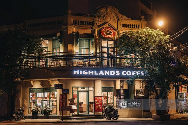 Thủ đô Hà Nội buổi tối đầu tiên nới lỏng giãn cách xã hội: Phố xá, trung tâm thương mại vắng vẻ, quán cafe lại đông nghịt như chưa hề có cách ly - Ảnh 12.