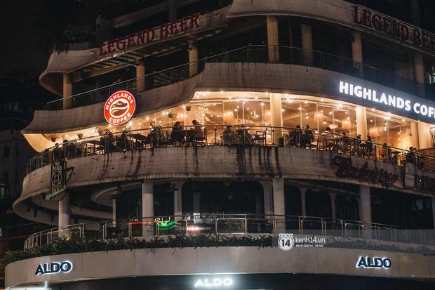 Thủ đô Hà Nội buổi tối đầu tiên nới lỏng giãn cách xã hội: Phố xá, trung tâm thương mại vắng vẻ, quán cafe lại đông nghịt như chưa hề có cách ly - Ảnh 13.