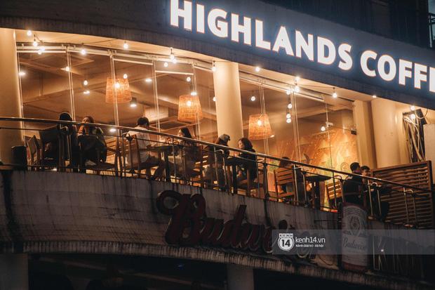 Thủ đô Hà Nội buổi tối đầu tiên nới lỏng giãn cách xã hội: Phố xá, trung tâm thương mại vắng vẻ, quán cafe lại đông nghịt như chưa hề có cách ly - Ảnh 14.