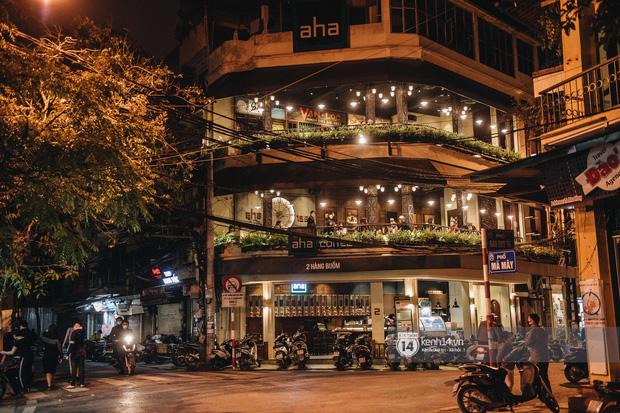 Thủ đô Hà Nội buổi tối đầu tiên nới lỏng giãn cách xã hội: Phố xá, trung tâm thương mại vắng vẻ, quán cafe lại đông nghịt như chưa hề có cách ly - Ảnh 15.