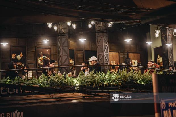 Thủ đô Hà Nội buổi tối đầu tiên nới lỏng giãn cách xã hội: Phố xá, trung tâm thương mại vắng vẻ, quán cafe lại đông nghịt như chưa hề có cách ly - Ảnh 16.