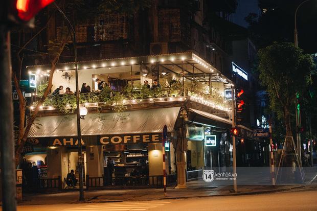 Thủ đô Hà Nội buổi tối đầu tiên nới lỏng giãn cách xã hội: Phố xá, trung tâm thương mại vắng vẻ, quán cafe lại đông nghịt như chưa hề có cách ly - Ảnh 17.
