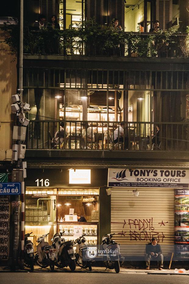 Thủ đô Hà Nội buổi tối đầu tiên nới lỏng giãn cách xã hội: Phố xá, trung tâm thương mại vắng vẻ, quán cafe lại đông nghịt như chưa hề có cách ly - Ảnh 18.