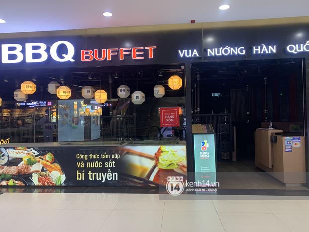 Thủ đô Hà Nội buổi tối đầu tiên nới lỏng giãn cách xã hội: Phố xá, trung tâm thương mại vắng vẻ, quán cafe lại đông nghịt như chưa hề có cách ly - Ảnh 5.