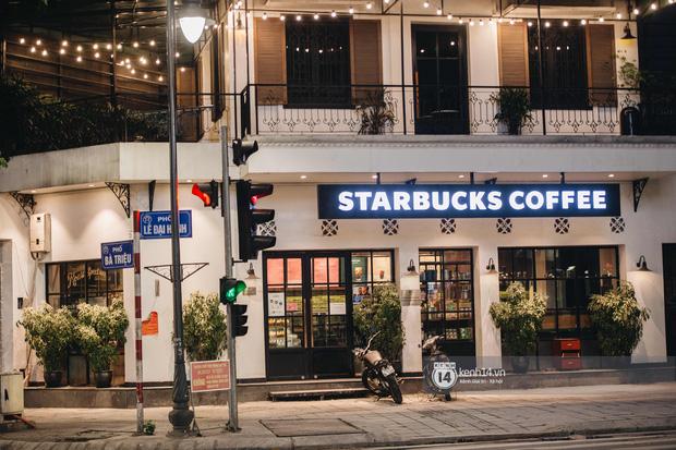 Thủ đô Hà Nội buổi tối đầu tiên nới lỏng giãn cách xã hội: Phố xá, trung tâm thương mại vắng vẻ, quán cafe lại đông nghịt như chưa hề có cách ly - Ảnh 7.