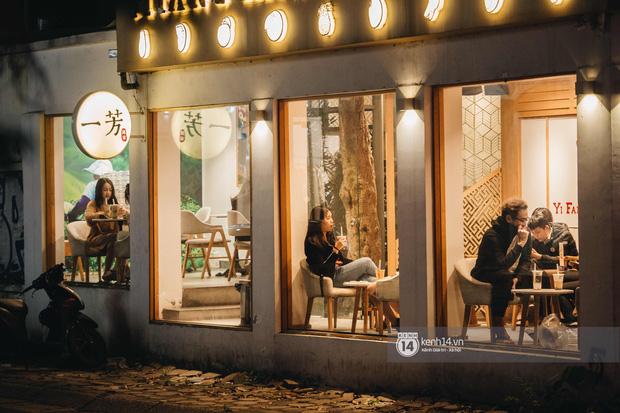Thủ đô Hà Nội buổi tối đầu tiên nới lỏng giãn cách xã hội: Phố xá, trung tâm thương mại vắng vẻ, quán cafe lại đông nghịt như chưa hề có cách ly - Ảnh 8.